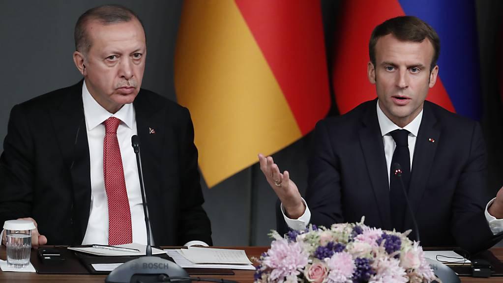 An der Berliner Libyen-Konferenz waren sich der französische Staatspräsident Emmanuel Macron und der türkische Präsident Recep Tayyip Erdogan noch weitgehend einig. Nun decken sich Frankreich und die Türkei angesichts der chaotischen Lage in Libyen mit gegenseitigen Vorwürfen ein (Archivbild)