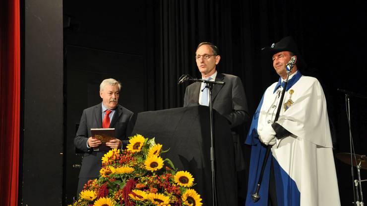 Regierungspräsident Mario Fehr beschenkt Kantonsratspräsident Rolf Steiner.