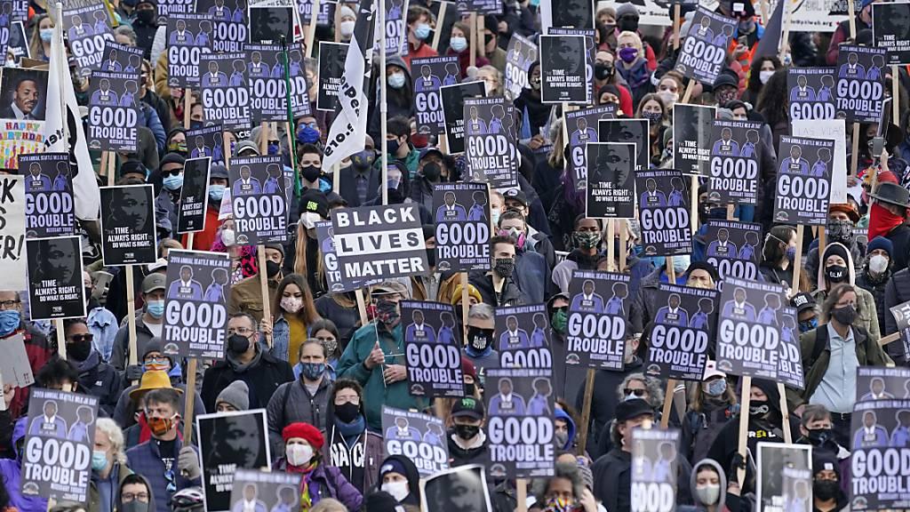 dpatopbilder - ARCHIV - Demonstranten nehmen am Martin Luther King Day an einem Gedenkmarsch teil. Zukünftig soll es auch einen Feiertag zum Ende der Sklaverei geben. Foto: Elaine Thompson/AP/dpa