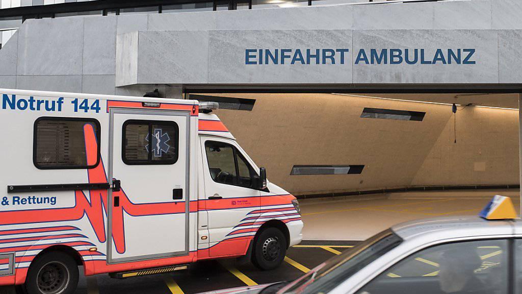 Der mittelschwer verletzte Fahrer wurde per Ambulanz in ein Spital gebracht. (Symbolbild)