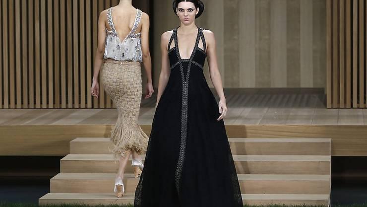 Kendall Jenner (r) war eines der Models, die am Dienstag Karl Lagerfelds neue Kollektion zeigten.