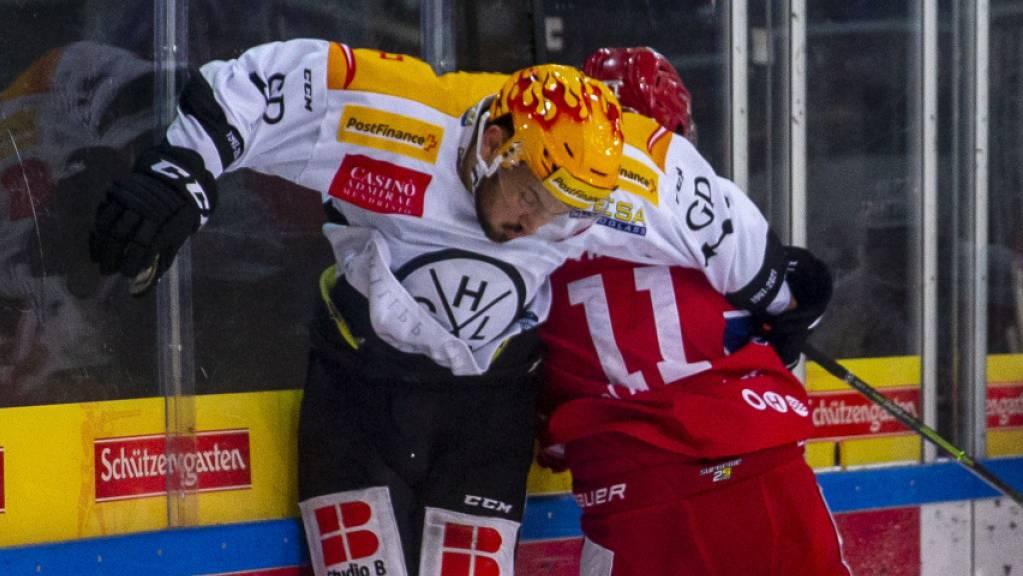 Fight an der Bande: Luganos Topskorer Luca Fazzini (links) gegen den Laker Fabian Maier