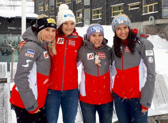 Die Abfahrtswertung der Frauen wird unter ihnen ausgemacht: Die Österreicherinnen Siebenhofer (2.v.l.) und Schmidhofer (3.v.l.) mit ihren Teamkolleginnen.