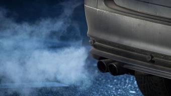 Der vermehrte Einsatz von biogenen Treibstoffen, Hybrid- und Elektro-Antrieben hat vorerst nicht zu einer Verminderung des Kohlendioxid-Ausstosses geführt: Das vermehrte Aufkommen von Privatverkehr und emissionsintensiven Fahrzeugen hat die Ersparnisse wieder aufgefressen. (Archivbild)
