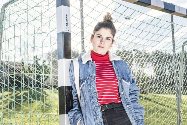 Krüsi auf dem Fussballplatz der Primarschule Braunau TG, wo sie einst zur  Schule ging.