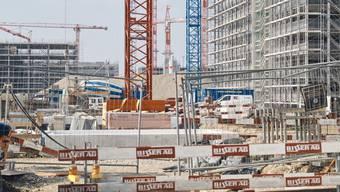 Wo vor wenigen Jahren noch eine weite Brache war, errichtet nun eine Heerschar von Arbeitern ein neues Quartier für zusätzliche 6000 Arbeitsplätze.