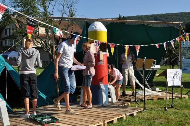 Die Mitarbeiter bei den Aufbauarbeiten