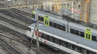 BLS- und SBB-Zug im Bahnhof Bern: Die BLS will die SBB im Fernverkehr unter Druck setzen. (Archivbild)