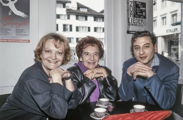 Ines Torelli, links, die Schauspielerin, Kabarettistin und Diseuse Erna Brünell, Mitte, und der Kabarettist Beat Schlatter, rechts, trinken im Januar 1993 einen Kaffee in der Theaterbar. Aufgenommen im Theater am Hechtplatz, Zürich.
