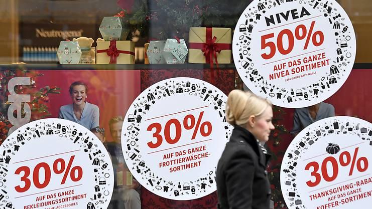 Black Friday in Basel: Fröhlich locken die Läden mit Prozentschildern.