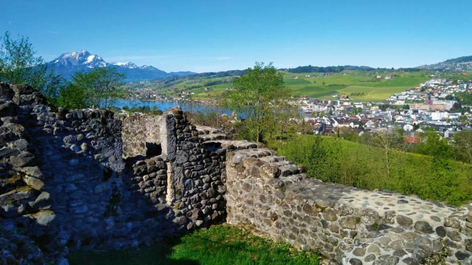 Blick-von-der-Gesslerburg-ueber-die-Region-in-Richtung-Pilatus