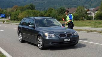 Lukas Koller kontrolliert einen Autofahrer kurz vor der Autobahnauffahrt Eiken.