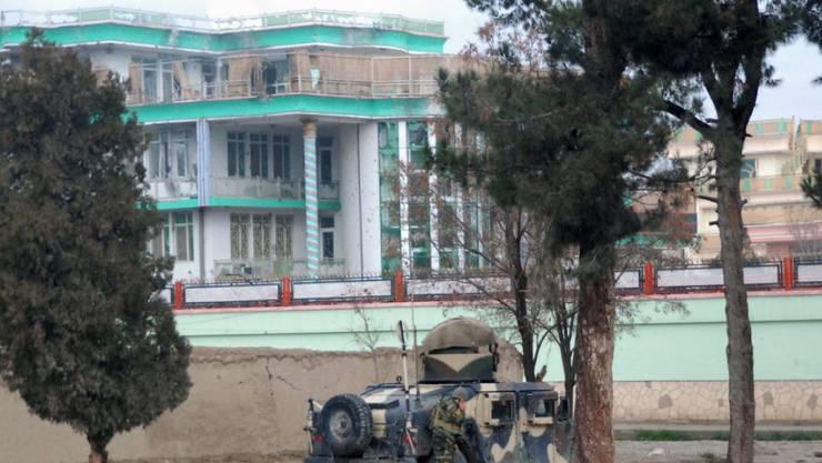 Ein Fahrzeug der afghanischen Sicherheitskräfte am Montag vor dem indischen Konsulat in der nordafghanischen Stadt Masar-i-Scharif.