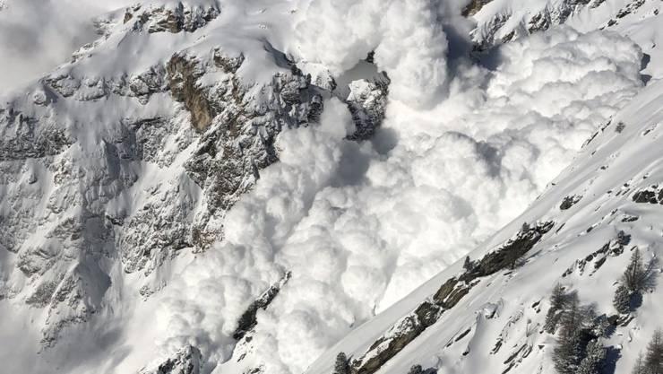 Eindrückliche Staublawine nach einer Sprengung in der Region Zermatt. (Archivbild)