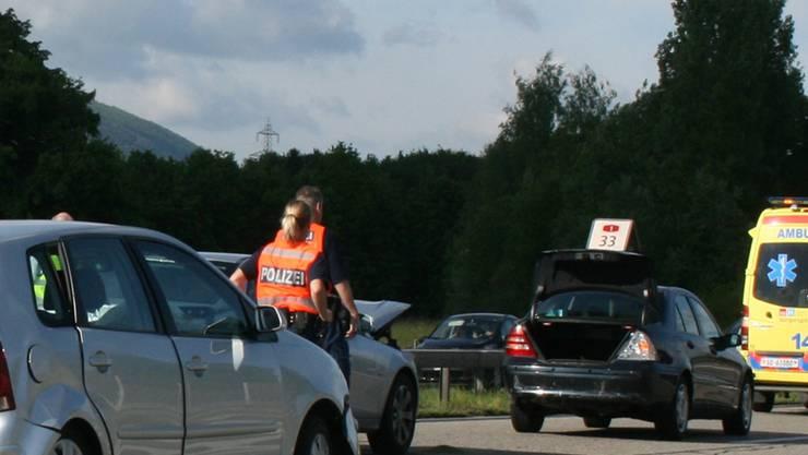 Polizisten und Sanitäter beimRettungseinsatz auf der A1. sff