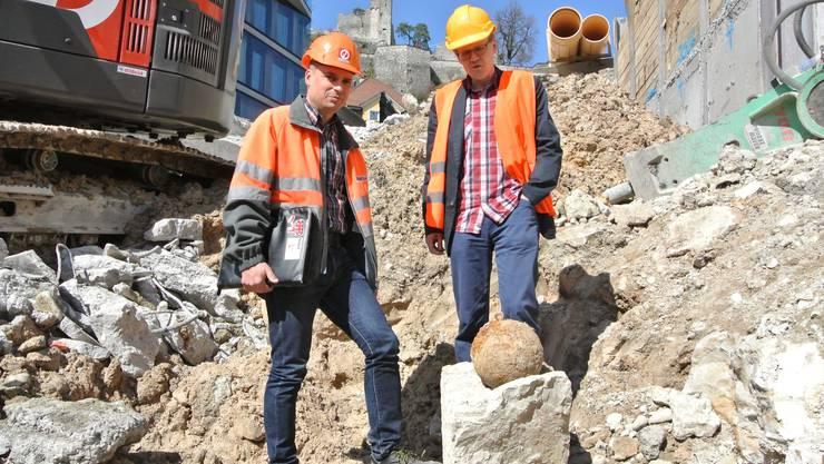 Die Mörserbombe im Loch der Schulhausplatz-Baustelle. Bauleiter Otmar Burchia (l.) und Historiker Bruno Meier staunen über den gemachten Fund.