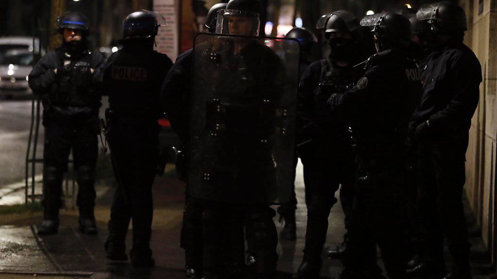 Die Polizei schreitet an französischen Universitäten ein, wo Studenten in der Nacht auf Freitag protestierten.