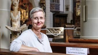 Dorothee Becker in der Heiliggeistkirche in Basel, wo am Samstagabend wieder ein Gottesdienst stattfindet.