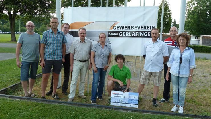 Checkübergabe: Tim Hug mit Vertretern/innen des Gewerbevereins beider Gerlafingen