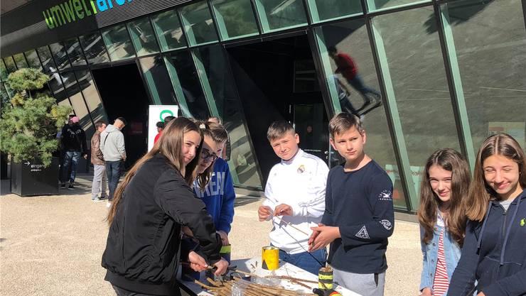 Schülerinnen und Schüler basteln aus gebrauchten Blechdosen Bienenhotels. zvg