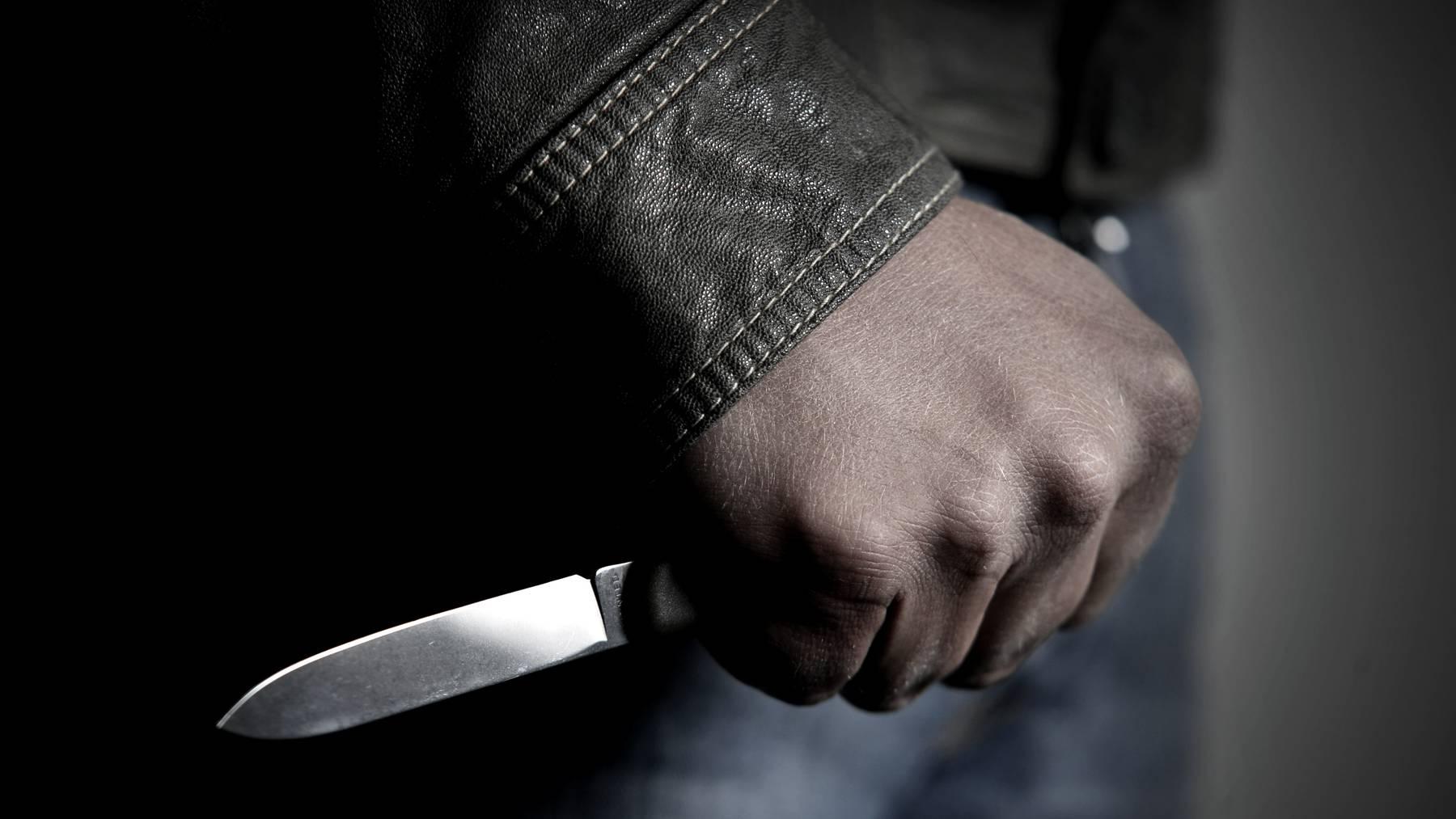 Mann sticht mit Messer auf Partnerin ein