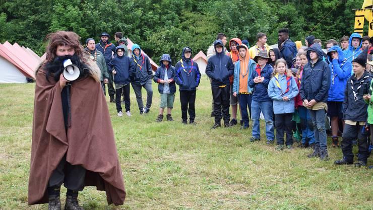 Hagrid aus «Harry Potter» wendet sich mit Megafon an die Kinder.