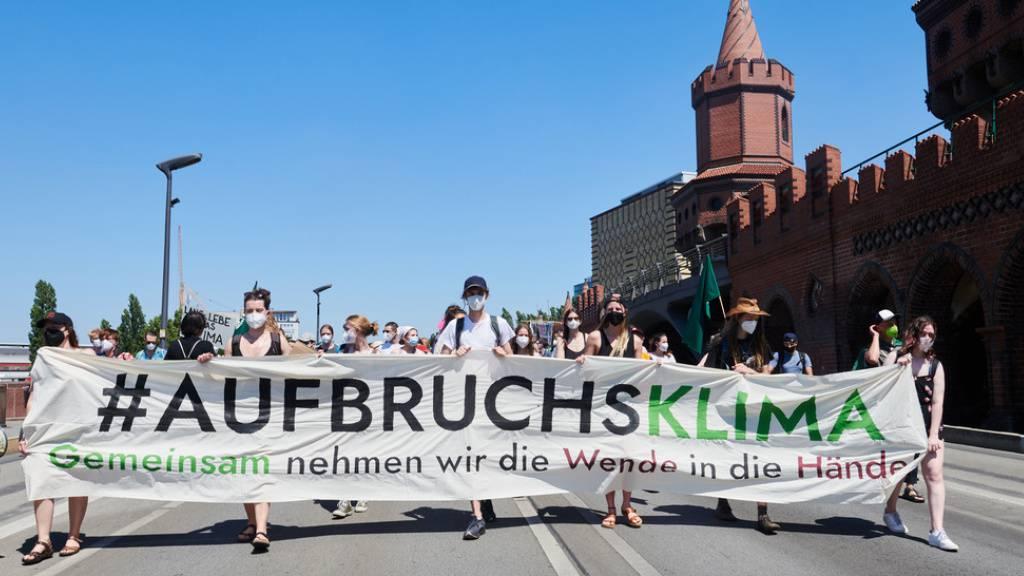 Nicht nur Demonstranten (wie hier in Berlin) warnen davor, dem Klimawandel untätig zuzuschauen: Fast 15'000 Wissenschaftler aus aller Welt haben einen entsprechenden Aufruf unterzeichnet (Symbolbild).
