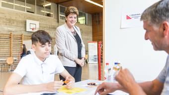 Jetzt gilt es ernst: Ein Schüler am Vorstellungsgespräch an der Lehrstellenbörse im Schulhaus Luberzen, im Hintergrund die Regierungsrätin Silvia Steiner