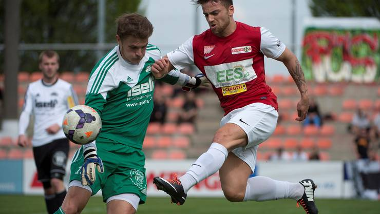 Solothurns Tolga Mertoglu (r.) im Kampf um den Ball gegen Schoetzs Goalie Jeffrey Bossert.