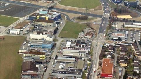 Der Elektromarkt will auf der Wiese zwischen dem Birchicenter und McDonalds bauen. (Archiv)