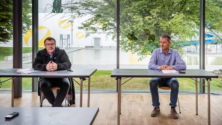 In den Räumlichkeiten des Sportzentrums erklären Jürgen Hofer (links) und Urs Jäggi, wie das Sportzentrum auch künftig in finanziell ruhigere Fahrwasser kommen könnte.