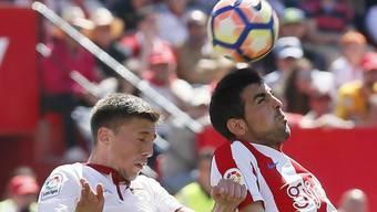 Sevillas Clement Lenglet kommt gegen Gijons Carlos Castro nicht an den Ball
