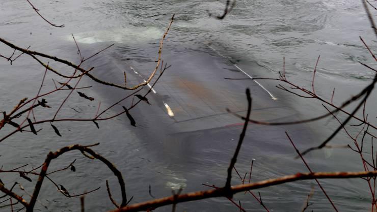 Das Auto ist vom Ufer aus gut sichtbar.