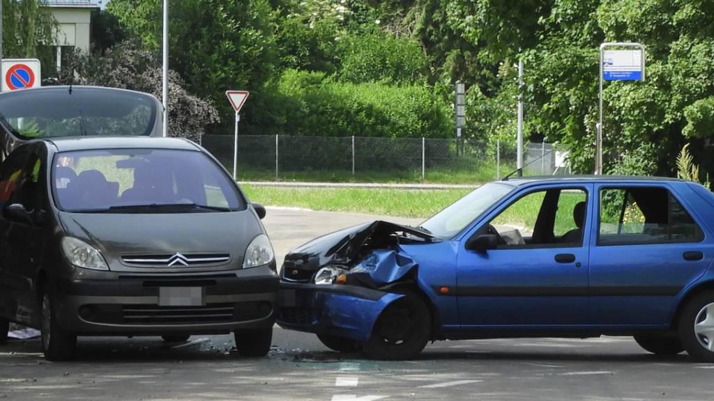 Bei der Kollision zwischen zwei Autos wurden in Münchwilen TG vier Personen leicht verletzt.