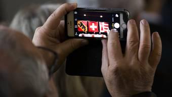 Schweizerinnen und Schweizer stehen auf iPhones und Samsung-Smartphones. Ältere Menschen wechseln das Gerät weniger oft als jüngere.