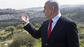 ARCHIV - Der israelische Ministerpräsident Benjamin Netanjahu das Gebiet, in dem in der ostjerusalemischen Siedlung Har Homa ein neues Stadtviertel gebaut werden soll. Foto: Debbie Hill/Pool UPI/dpa