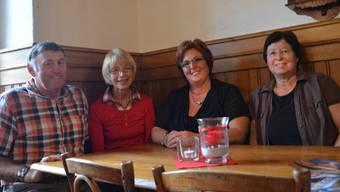 Die jubilierende Wirtin Astrid Bieri (Zweite von rechts) mit Hans und Ruth Wenger sowie ihrer langjährigen Mitarbeiterin Claire Daumüller (rechts aussen).