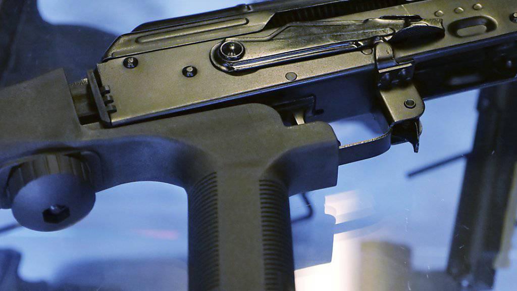 Sogenannte Bump Stocks am Kolben von halbautomatischen Waffen ermöglichen, mit Geschwindigkeiten wie bei automatischen Waffen zu schiessen mit mehreren hundert Schuss pro Minute. Die Vorrichtungen hatte der Täter von Las Vegas verwendet. (Archivbild)