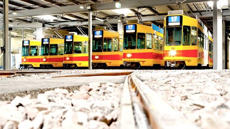 «Schrotttrams» in Reih und Glied: Die BLT hat die 17er-Trams für viel Geld revidiert – das ist einigen Basler Grossräten nicht genug.