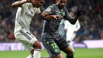 Reals Casemiro (links) im Zweikampf mit San Sebastians Torschütze Willian José