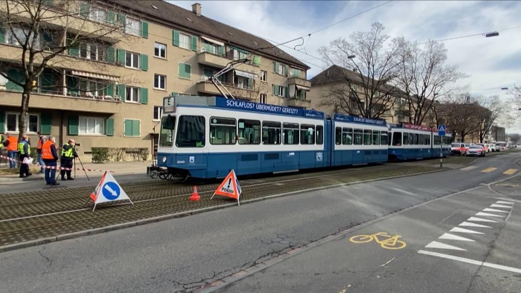 Zürich: 80-jährige Fussgängerin wird von Tram erfasst und stirbt