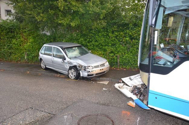 Sowohl das Auto wie auch der Linienbus wurden erheblich beschädigt und mussten abtransportiert bzw. abgeschleppt werden.