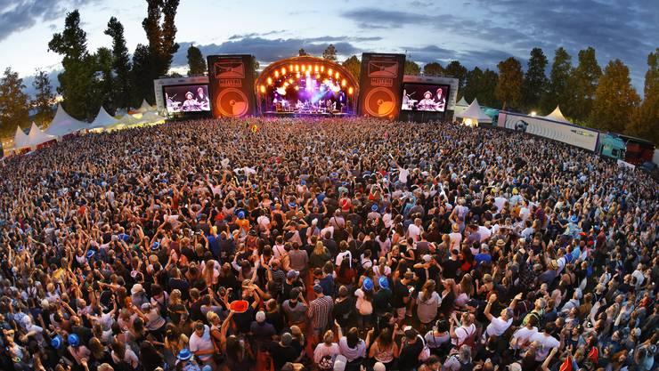 Das Konzert von Patent Ochsner war der Höhepunkt des Heitere Open Airs 2019. 12 000 Leute sangen mit. Es war ein Konzert für Band und Massenchor.