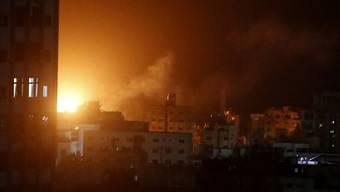 Explosion in Gaza-Stadt nach einem Luftangriff durch die israelische Armee.