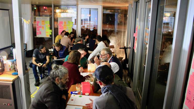 Die Teilnehmerinnen und Teilnehmer diskutieren intensiv die Projektideen.