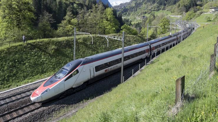 Ein von Alstom gebauter Neigezug des Modells ETR 610 durchfährt den Kanton Uri. (Archiv)