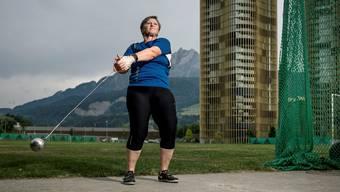 Mägy Duss beim Training mit der vier Kilogramm schweren Kugel auf der Luzerner Allmend.