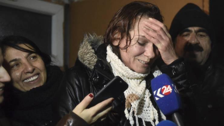 Die türkische Schriftstellerin Asli Erdogan letzten Dezember nach viermonatiger Haft. Weil sie für eine prokurdische Zeitung geschrieben hat, doht ihr immer noch lebenslange Haft. Immerhin wurde ihr Ausreiseverbot aufgehoben. (Archivbild)