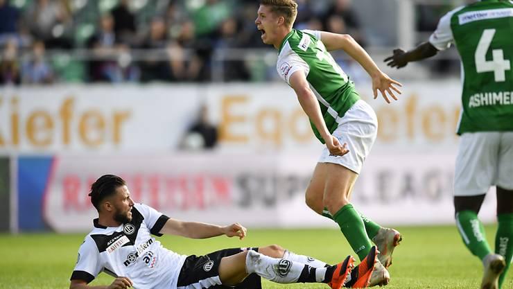 Fabio Daprelà (links) foult Cédric Itten und verletzt ihn dabei am rechten Knie