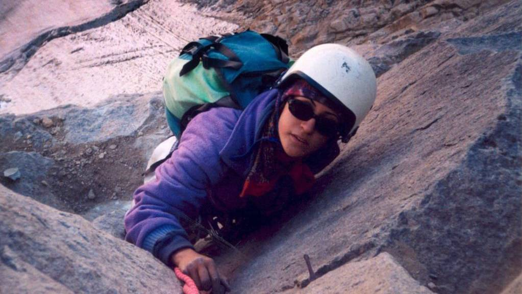 Die iranische Höhenbergsteigerin und Bergführerin Parastoo Abrishami in Aktion.